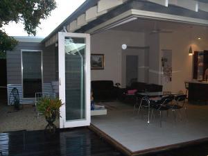 Corner bi-fold doors