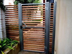 Gate with horizontal slats