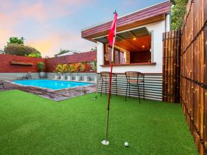 Outdoor living putting green